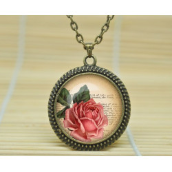 collier pendantif rose sur fond de livre